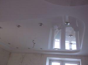 Фото потолка сразу после установки